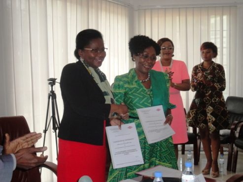 Echange de documents 493x370 - Finance inclusive: les bénéficiaires du FNFI bientôt couverts par un programme d'assurance