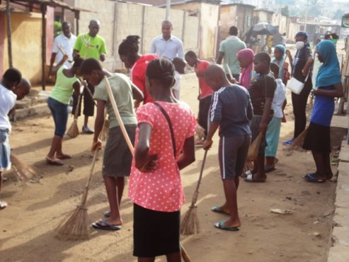 Gbadago propre 2 493x370 - Opération Gbadago propre:  l'Ambassadrice de la jeune Intelligentsia 2015 à la manœuvre!