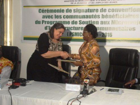 Signature convention 493x370 - Le ministère du Développement à la Base signe des conventions avec les communautés bénéficiaires du PSMICO 2015-2016 et un partenariat avec BORNEfonden