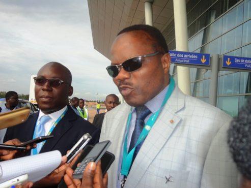 Visite aéroport 493x370 - A propos d'une information relative à une prétendue inondation de la nouvelle aérogare, le Colonel Gnama Latta déclare : «  Nous ne sommes pas assez irresponsables pour offrir au peuple togolais quelque chose qui ne tiendrait pas ! »