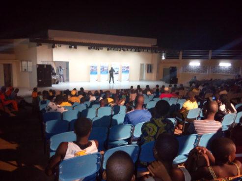 Chaises maison des jeunes bon 493x370 - Le théâtre en plein air de la maison des jeunes d'Amadahomé équipé en sièges