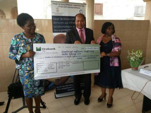 Remise de chèque par ORABANK 493x370 - Alimentation scolaire : ORABANK octroie  14.025.000 FCFA pour soutenir le programme