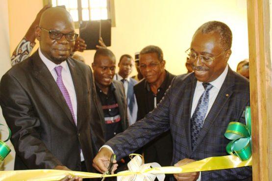 Inauguration biblithèque Edem Kodjo 555x370 - 16è anniversaire de la disparition de Senghor : le CENACLE dote le complexe scolaire VIC-INTELLIGENTSIA d'une bibliothèque