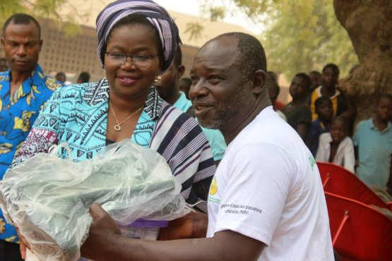 remise de kits Tchamba 555x370 - ''Salubrité dans les villes du Togo'': lancement du projet et prestation de serment de VEC à Tchamba