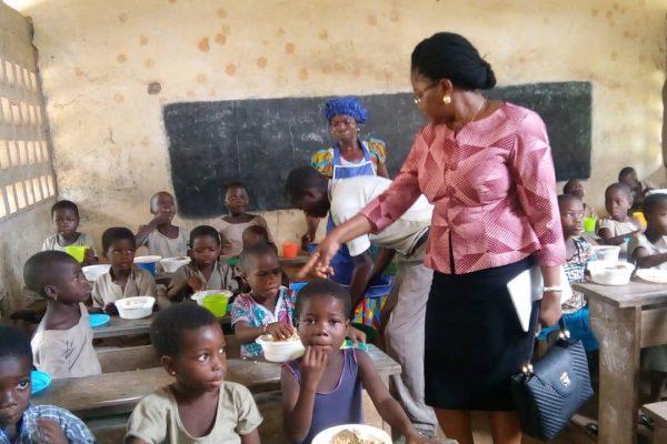 IMG 20180926 WA0072 600x400 - Le ministre Victoire Tomégah-Dogbé sur le terrain pour constater le démarrage des cantines scolaires pour le compte de l'année 2018-2019