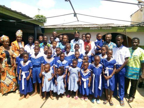 IMG 20181021 WA0014 493x370 - Humanitaire : l'Association Togolaise des Créateurs de Modes appuie les enfants de l'orphelinat Mercy Home
