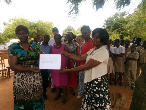 IMG 20181022 WA0043 493x370 - L'association internationale AFRICAWAD apporte un soutien financier aux élèves démunis et handicapés du CEG Kélégougan