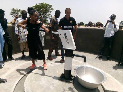 Forage Gros copé 493x370 - Humanitaire/  Dans la préfecture de Haho : « 1 -2- 3 Action » fait couler de l'eau potable à Gros Copé et  Grégokopé