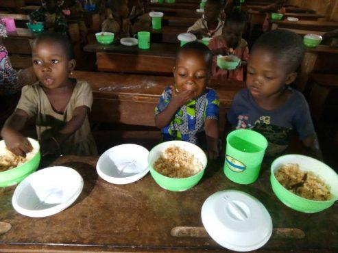 cantines scolaires Gboto Klohomé 493x370 - Dossier/ Pérennisation et extension du programme des cantines scolaires : une nouvelle approche en cours d'expérimentation dans 10 écoles du Togo