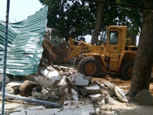 démolition à Dévégo 493x370 - Urbanisation : Baguida débarrassé de ses habitations et installations anarchiques