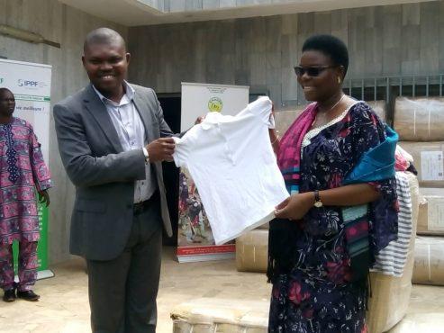 don de lATBEF 493x370 - L'ANADEB réceptionne pour les populations vulnérables 50 ballots de vêtements offerts par l'ATBEF