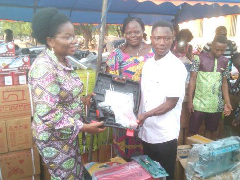 remise de kits VEC 4è vague 493x370 - PDC-ZU : l'ANADEB  équipe 295 anciens volontaires d'engagement citoyen en kits d'installation