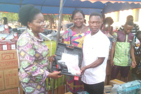 remise de kits VEC 4è vague 600x400 - PDC-ZU : l'ANADEB  équipe 295 anciens volontaires d'engagement citoyen en kits d'installation