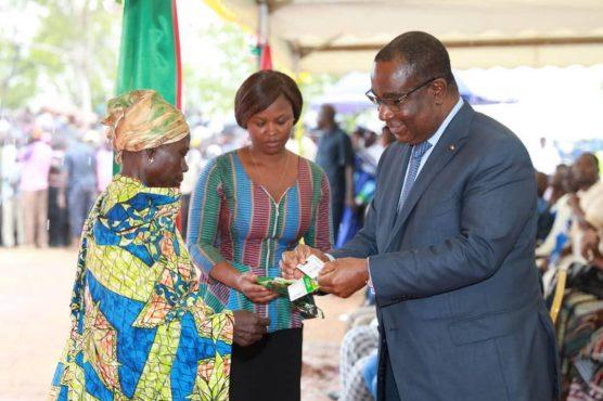 lancement transferts monétaires à Timbou Cinkassé 556x370 - Lutte contre la pauvreté : 61.000 ménages togolais recevront  de l'argent frais par transferts monétaires