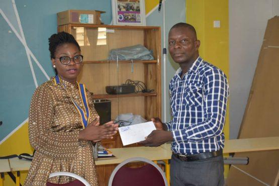 Sonia Tomégah bon bon 555x370 - Le Rotary Club Lomé-Perle fait don de fournitures et de frais de scolarité à 20 enfants démunis