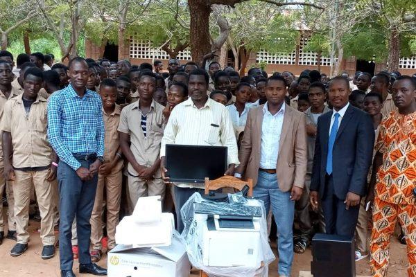 IMG 20191119 WA0022 600x400 - AUDACE et 2MR, deux associations sensibles aux besoins des élèves du lycée Akoumapé