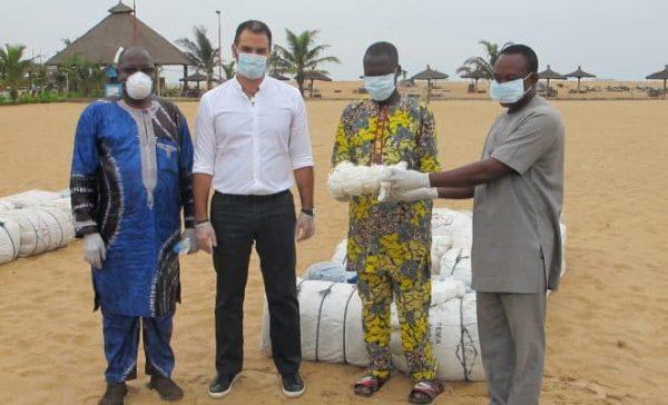 don aux pêcheurs 600x364 - Pêche: don de nappes de filets à la communauté de pêcheurs de Lomé par la Fondation BLUE TURTLE