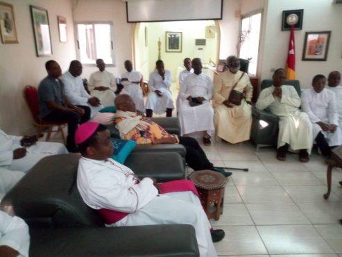 visite prêtre catholique 493x370 - Visite des prêtres catholiques au domicile d'Agbéyomé: les vraies raisons