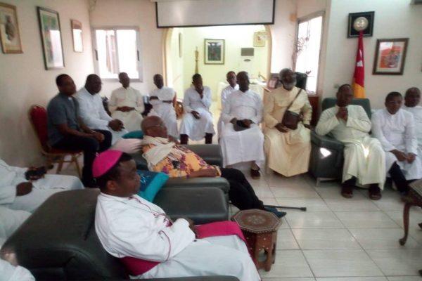 visite prêtre catholique 600x400 - Visite des prêtres catholiques au domicile d'Agbéyomé: les vraies raisons