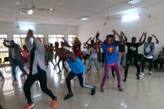 séance de chorégraphie maison des jeunes Amadahomé 555x370 - Maisons des jeunes: espaces dédiés à la promotion et l'épanouissement des jeunes