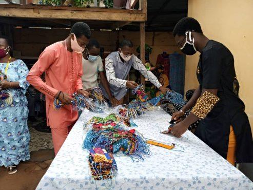 confesction masques 493x370 - Réouverture des écoles: déjà 151.740 masques confectionnés par la chambre régionale des métiers de Lomé Commune pour les élèves