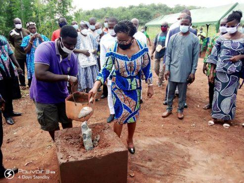 Pose premiere pierre centre delevage 493x370 - Togo/ Victoire TOMEGAH-DOGBE à la rencontre des populations de Vo