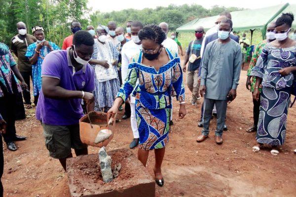 Pose premiere pierre centre delevage 600x400 - Togo/ Victoire TOMEGAH-DOGBE à la rencontre des populations de Vo