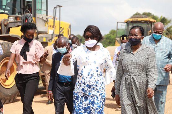 Visite Mme Dogbe sur la route Lome Vogan Anfoin 555x370 - Togo/ Route Lomé-Vogan-Anfoin:« Les travaux évoluent bien», selon Victoire Tomégah-Dogbé