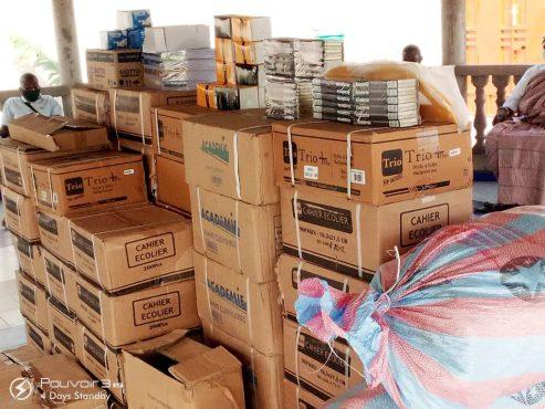 kis scolaires et masques 493x370 - Rentrée scolaire : le coup de pouce salutaire de Victoire Tomégah -Dogbé aux élèves de Vo