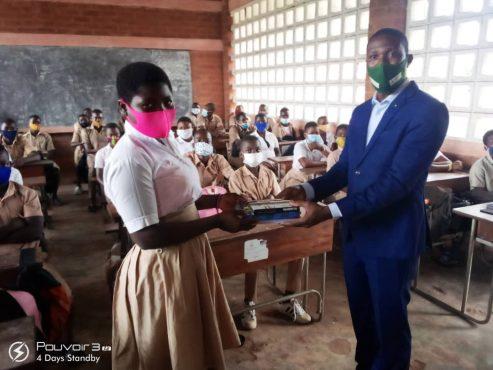 remise par Aristide Agbossoumonde 493x370 - Rentrée scolaire : le coup de pouce salutaire de Victoire Tomégah -Dogbé aux élèves de Vo
