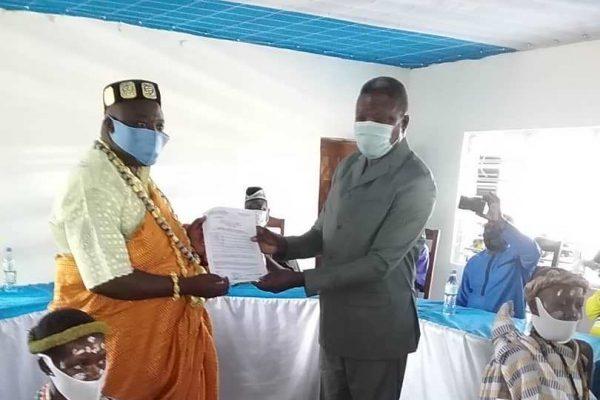 Arrete de reconnaissance bon 600x400 - Togo/ Haho: remise d'arrêté de reconnaissance à Togbui HESSOU HOTODJI AGBAGBA II, chef du village de SEMONDJIHOE