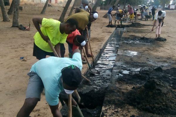 Curage sur la berge lagunaire de Sossoukopé à Lomé